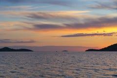 Puesta del sol hermosa en el mar adriático en Croacia Europa Fotografía de archivo