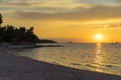 Puesta del sol hermosa en el mar adriático en Croacia Europa Foto de archivo