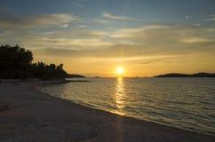 Puesta del sol hermosa en el mar adriático en Croacia Europa Imagen de archivo libre de regalías