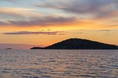 Puesta del sol hermosa en el mar adriático en Croacia Europa Fotografía de archivo libre de regalías