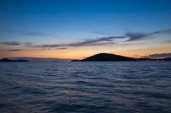 Puesta del sol hermosa en el mar adriático en Croacia Europa Fotos de archivo libres de regalías