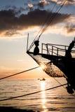 Puesta del sol hermosa en el mar con los barcos Foto de archivo libre de regalías