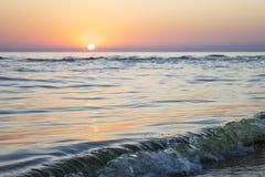 Puesta del sol hermosa en el mar imágenes de archivo libres de regalías