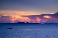 Puesta del sol hermosa en el mar en crepúsculo Fotografía de archivo