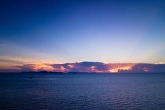 Puesta del sol hermosa en el mar en crepúsculo Fotos de archivo libres de regalías