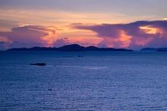 Puesta del sol hermosa en el mar en crepúsculo Imágenes de archivo libres de regalías