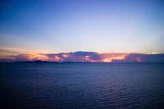 Puesta del sol hermosa en el mar en crepúsculo Fotos de archivo