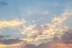 Puesta del sol hermosa en el mar en el filtro crepuscular del vintage de las épocas Fotografía de archivo