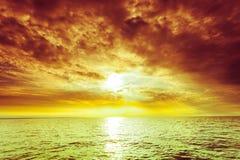 Puesta del sol hermosa en el mar del océano imágenes de archivo libres de regalías