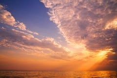 Puesta del sol hermosa en el mar tropical Fotografía de archivo