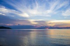 Puesta del sol hermosa en el mar Un mar reservado Porciones de nubes en el cielo tarde Las pieles del sol detrás de las nubes Cie Imágenes de archivo libres de regalías