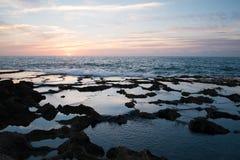 Puesta del sol hermosa en el océano fotografía de archivo libre de regalías