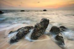 Puesta del sol hermosa en el océano Imagen de archivo libre de regalías
