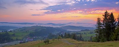 Puesta del sol hermosa en el paisaje de las montañas Cárpato, Ucrania Imagen de archivo