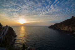 Puesta del sol hermosa en el quebrada del la de Acapulco imagen de archivo