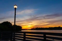 Puesta del sol hermosa en el río foto de archivo