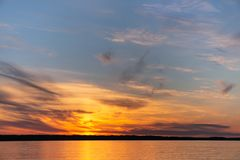 Puesta del sol hermosa en el río fotografía de archivo