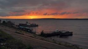 Puesta del sol hermosa en el río Barcos, naves cerca del río almacen de video