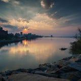 Puesta del sol hermosa en el río de Dnieper en la ciudad de Dnipro Dnepropetrovsk, Ucrania Foto de archivo