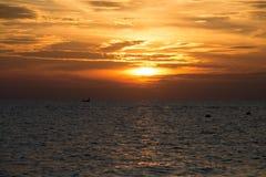 Puesta del sol hermosa en el samet de la KOH de la playa con el barco del pescador en Tailandia Fotografía de archivo libre de regalías
