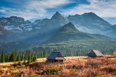 Puesta del sol hermosa en el valle de la montaña, Tatras en Polonia Imagenes de archivo