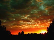 Puesta del sol hermosa en el verano en el pueblo fotos de archivo libres de regalías