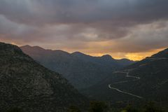 Puesta del sol hermosa en Grecia imagen de archivo