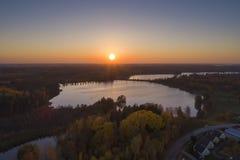 Puesta del sol hermosa en Katrineholm, Suecia, Escandinavia foto de archivo libre de regalías