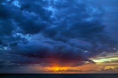 Puesta del sol hermosa en Kauai, Hawaii foto de archivo libre de regalías