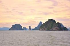 Puesta del sol hermosa en la bahía de Phang Nga. Fotos de archivo