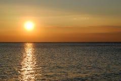 Puesta del sol hermosa en la cara de mar Foto de archivo libre de regalías