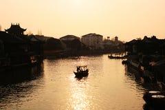 Puesta del sol hermosa en la ciudad antigua de Zhujiajiao, China Arhitecture chino tradicional, naves en el agua, río fotografía de archivo libre de regalías