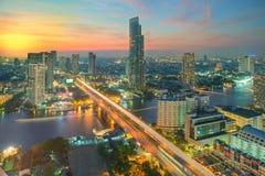 Puesta del sol hermosa en la ciudad de Bangkok, Tailandia Foto de archivo libre de regalías