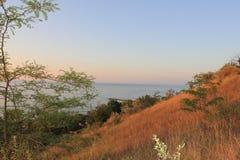 Puesta del sol hermosa en la costa fotos de archivo libres de regalías