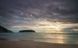 Puesta del sol hermosa en la costa Imagen de archivo