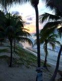 Puesta del sol hermosa en la costa atlántica de Cuba Palmas y vista al mar en la oscuridad Fotos de archivo