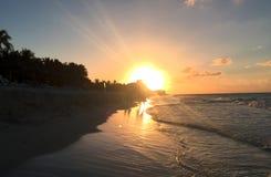 Puesta del sol hermosa en la costa atlántica de Cuba Vista del océano, de las ondas y de los rayos del sol en el horizonte Imagenes de archivo