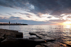 Puesta del sol hermosa en la costa croata Imagen de archivo libre de regalías