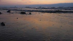 Puesta del sol hermosa en la costa de mar almacen de metraje de vídeo