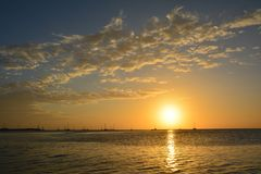 Puesta del sol hermosa en la isla del calafate de Caye en Belice imagen de archivo