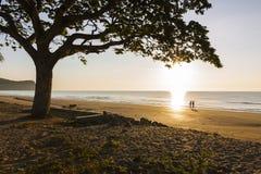 Puesta del sol hermosa en la isla tropical Foto de archivo libre de regalías