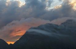 Puesta del sol hermosa en la montaña foto de archivo