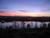 Puesta del sol hermosa en la opinión de la ciudad de la alta ventana de la casa de la charca Cuartos el dormir en la ciudad Kiev foto de archivo
