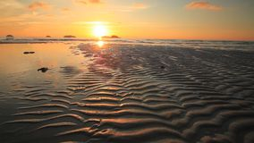 Puesta del sol hermosa en la orilla de una isla tropical Koh Chang metrajes