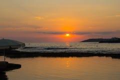 Puesta del sol hermosa en la playa foto de archivo