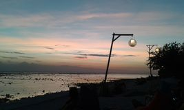Puesta del sol hermosa en la playa imagen de archivo