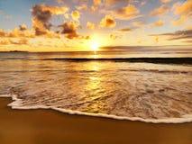 Puesta del sol hermosa en la playa Fotos de archivo libres de regalías