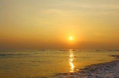 Puesta del sol hermosa en la playa Imagenes de archivo