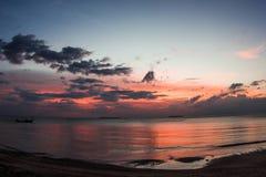 Puesta del sol hermosa en la playa Fotografía de archivo libre de regalías