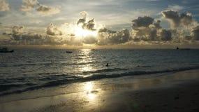 Puesta del sol hermosa en la playa fotografía de archivo